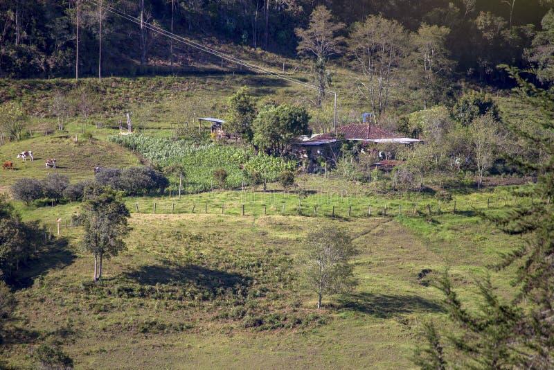 Panoramautsikt av ett lantbrukarhem royaltyfri fotografi