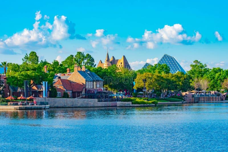 Panoramautsikt av F?renade kungariket och Kanada paviljonger p? bakgrund f?r molnig himmel p? Epcot i Walt Disney World 2 arkivfoto