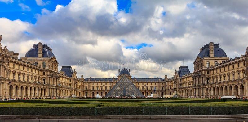 Panoramautsikt av fasaden av det berömda Louvremuseet, en av världens största konstmusem och en historisk monument i Paris arkivbilder