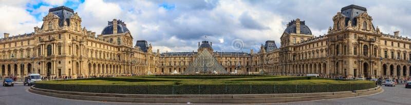 Panoramautsikt av fasaden av det berömda Louvremuseet, en av världens största konstmusem och en historisk monument i Paris arkivfoto