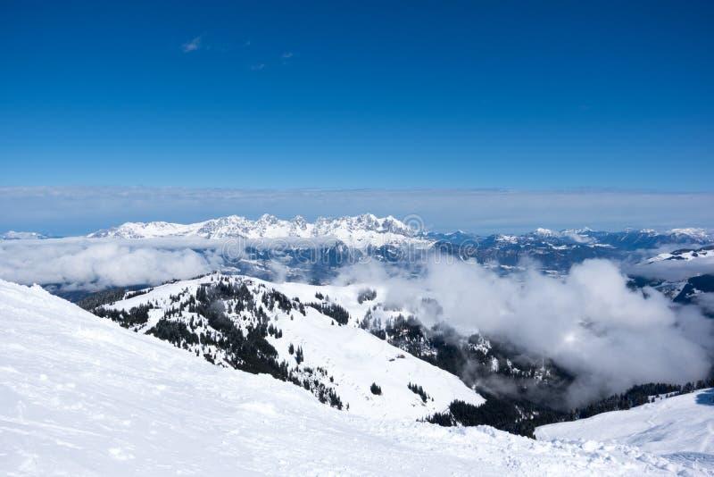 Panoramautsikt av fjällängar från berget ovanför Kitzbuhel, Österrike royaltyfri fotografi