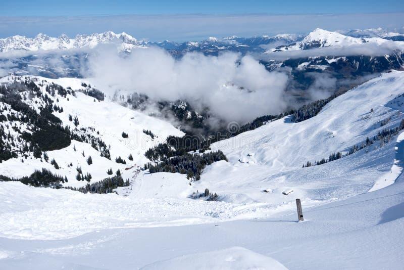 Panoramautsikt av fjällängar från berget ovanför Kitzbuhel, Österrike royaltyfria bilder