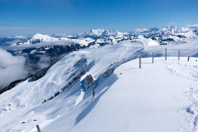 Panoramautsikt av fjällängar från berget ovanför Kitzbuhel, Österrike royaltyfria foton