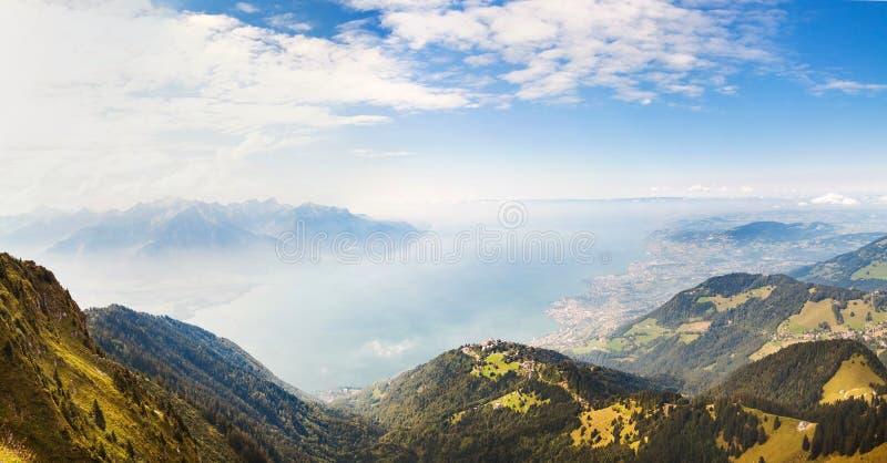 Panoramautsikt av fjällängar och Montreux från Rochersen de Naye, Schweiz royaltyfria foton