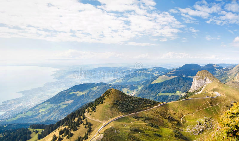 Panoramautsikt av fjällängar och Montreux från Rochersen de Naye, Schweiz royaltyfri foto