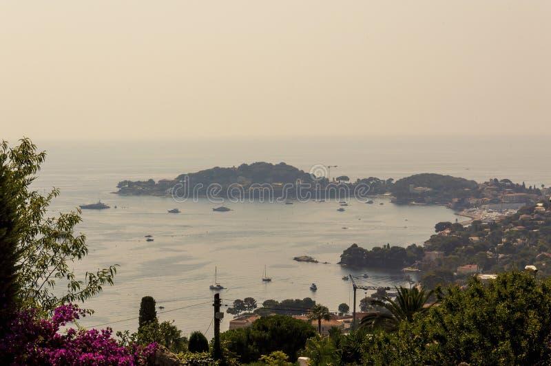 Panoramautsikt av fjärden av Beausoleil och Cap Ferrat med dess portar och fartyg arkivfoton