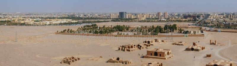 Panoramautsikt av forntida Zoroastrian byggnad och modern arkitektur i den Yazd staden, Iran arkivbilder