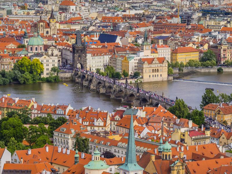 Panoramautsikt av gammalt och lesser stad från St Vitus Cathedral, Prague, Tjeckien arkivbilder