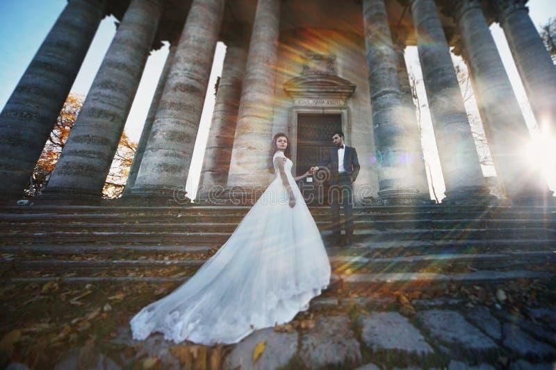 Panoramautsikt av händer för ett innehav för saganygift personpar i f royaltyfri fotografi
