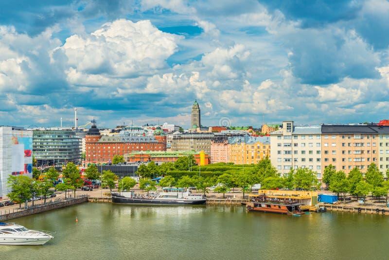 Panoramautsikt av Helsingfors med pittoresk dramatisk himmel med stora stackmolnmoln Flyg- sikt av den finlandssvenska huvudstade royaltyfria foton