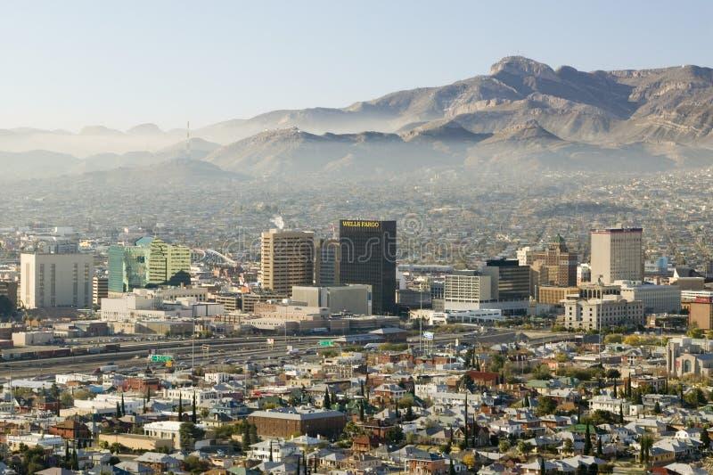Panoramautsikt av horisont och i stadens centrum El Paso Texas som ser in mot Juarez, Mexico royaltyfri bild