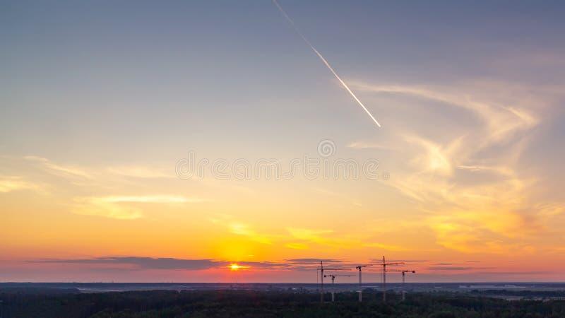 Panoramautsikt av horisonten och den färgrika solnedgången på utkanten av staden royaltyfria bilder