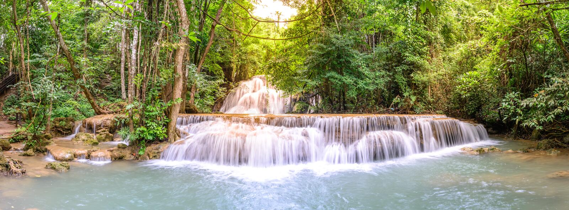Panoramautsikt av Huay Mae Kamin Waterfall i Kanchanaburi, Thailand royaltyfria foton