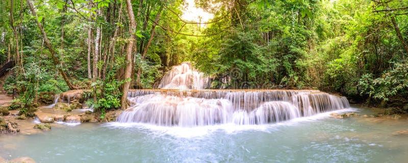 Panoramautsikt av Huay Mae Kamin Waterfall i Kanchanaburi, Thailand arkivbilder