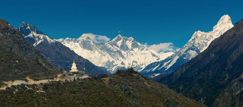 Panoramautsikt av huvudsakligt himalayan område arkivbilder