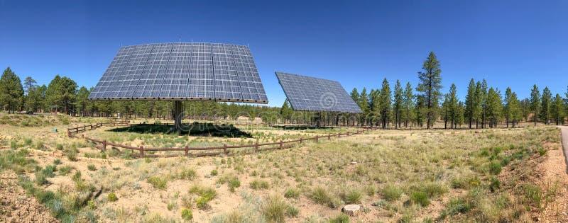 Panoramautsikt av industriella solpaneler i öppen bygd royaltyfria bilder