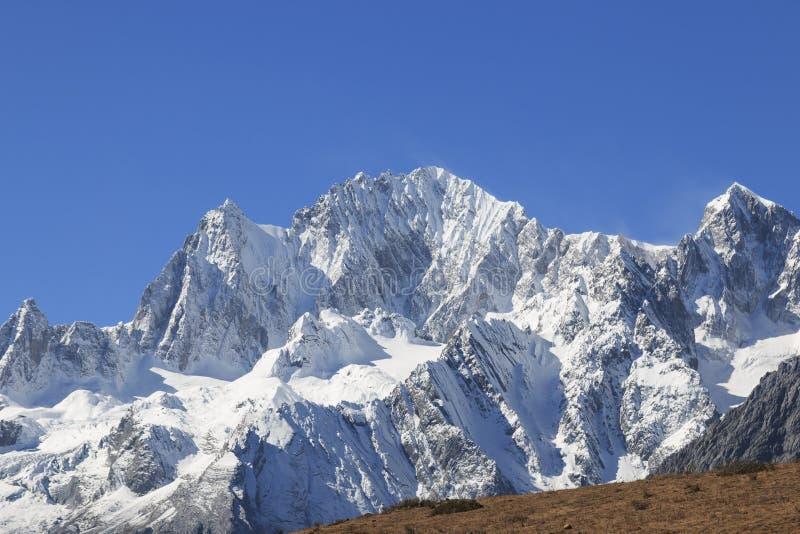 Panoramautsikt av Jade Dragon Snow Mountain i Yunnan, Kina arkivbilder