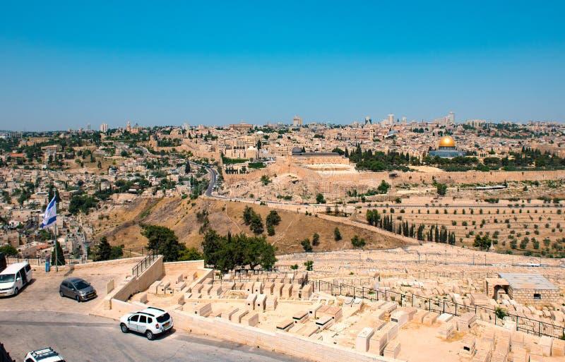 Panoramautsikt av Jerusalem med den israeliska flaggan i förgrund arkivfoto