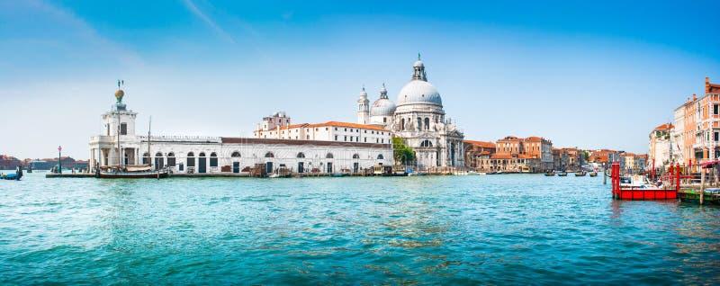 Panoramautsikt av kanalen som är stor med basilikadi Santa Maria della Salute, Venedig, Italien royaltyfri fotografi
