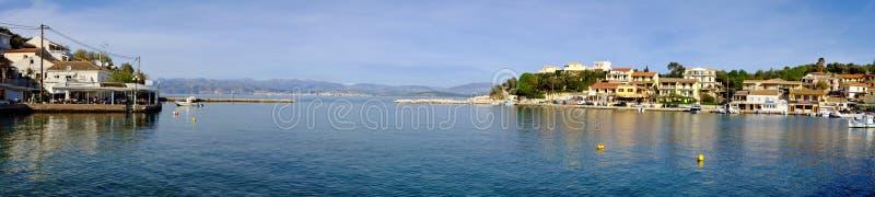 Panoramautsikt av Kassiopi port i Korfu, Grekland arkivfoton
