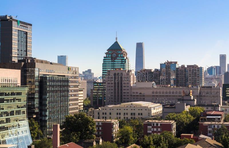 Panoramautsikt av kontorsbyggnader och bostads- lägenheter i det centrala området av Peking, Kina royaltyfri fotografi