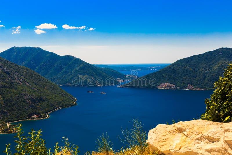 Panoramautsikt av kustlinjen av den Boka-Kotor fjärden, Montenegro arkivbild