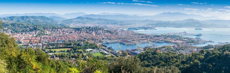 Panoramautsikt av La Spezia Golfen och staden port på ett härligt s arkivfoton