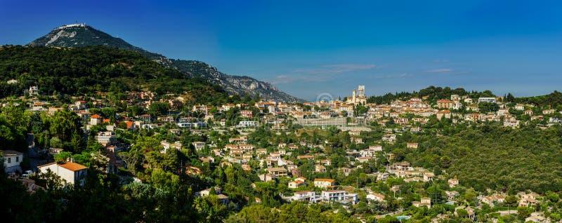 Panoramautsikt av La Turbie med den forntida roman kolonnaden royaltyfri fotografi
