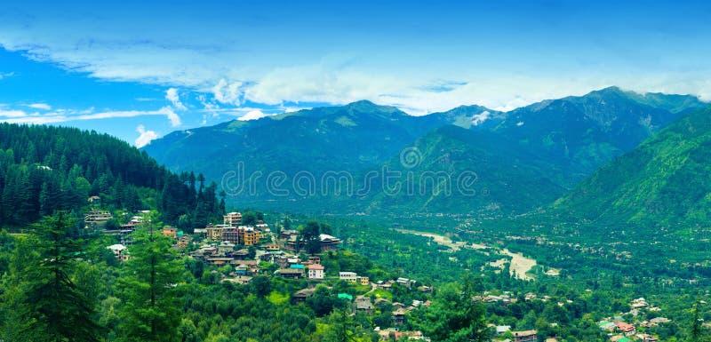 Panoramautsikt av lilla staden Naggar royaltyfri foto