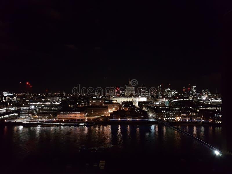 Panoramautsikt av London på natten arkivbild