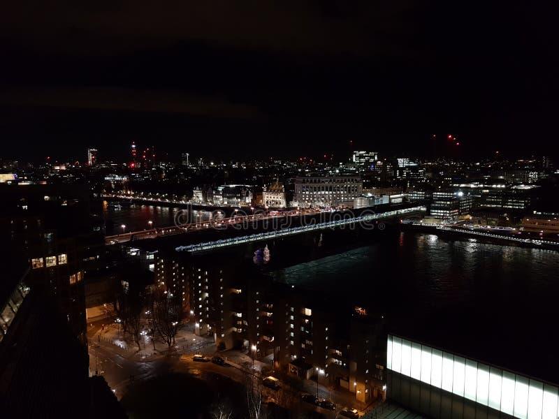 Panoramautsikt av London på natten arkivfoton