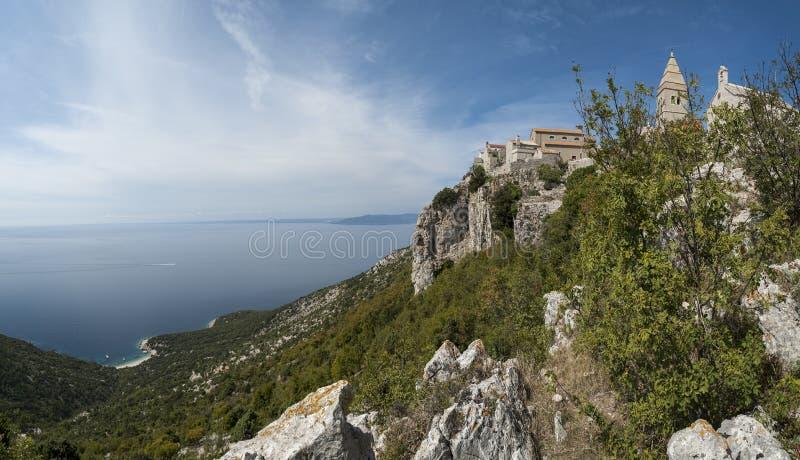Panoramautsikt av Lubenice, forntida fortstad på ön av Cres, Kroatien royaltyfri fotografi