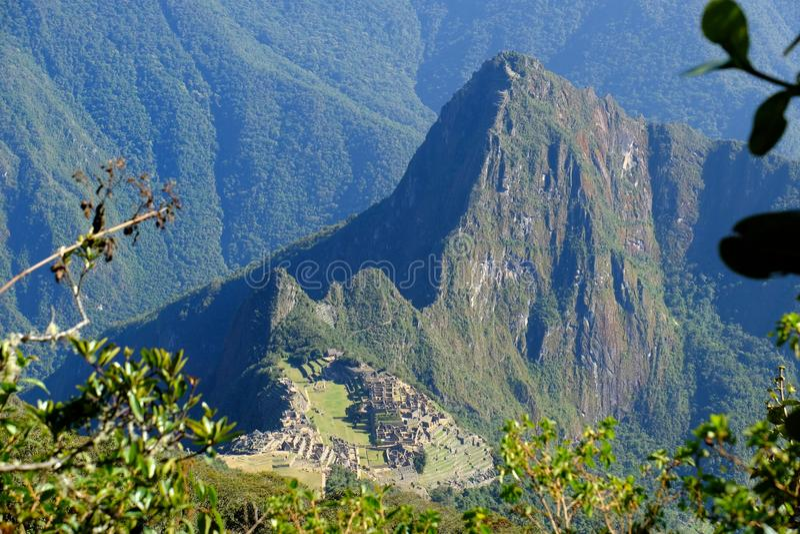 Panoramautsikt av Machu Picchu från det Machu Picchu berget royaltyfri fotografi