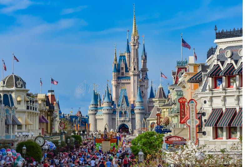 Panoramautsikt av Main Street och Cinderellas i magisk kungarikeslott på Walt Disney World 1 royaltyfri bild