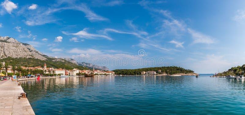 Panoramautsikt av Makarska den berömda semesterorten i Kroatien royaltyfri fotografi