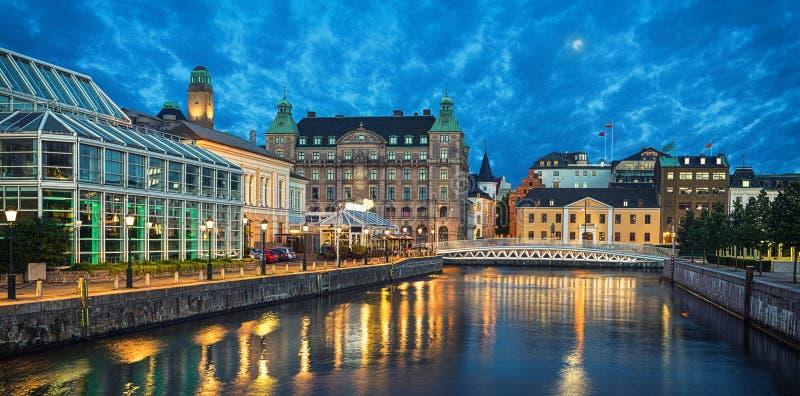 Panoramautsikt av Malmo horisont från kanalen royaltyfri fotografi