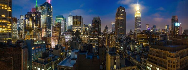 Panoramautsikt av Manhattan skyskrapaljus, New York City, i aftonen arkivbilder