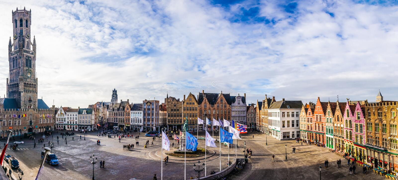 Panoramautsikt av marknadsfyrkanten i Bruges, Belgien royaltyfria bilder