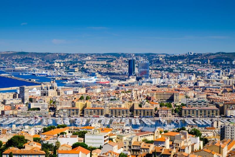 Panoramautsikt av Marseille, invallningen, gammal port och stadtak Vieux-port de Marseille, Frankrike arkivfoton
