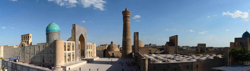 Panoramautsikt av Mir-jag-arab madrasah, den Kalyan minaret och den Kalan moskén Komplex Po-jag-Kalyan byggda uzbekistan fotografering för bildbyråer
