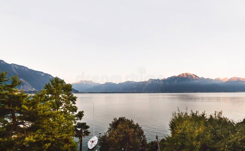 Panoramautsikt av Montreux, fjällängar och Genève sjön i Schweiz royaltyfria bilder
