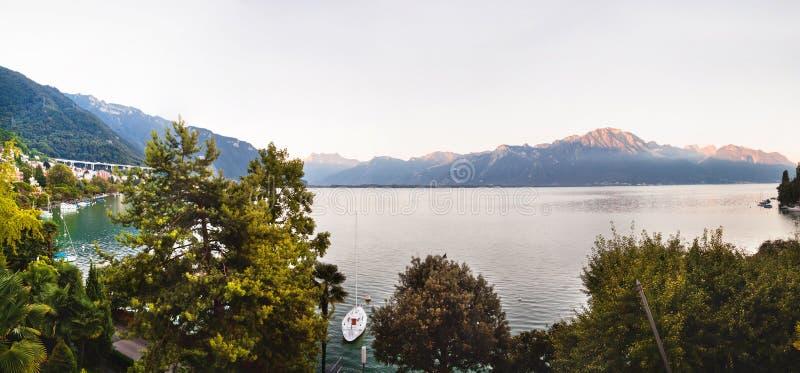 Panoramautsikt av Montreux, fjällängar och Genève sjön i Schweiz fotografering för bildbyråer