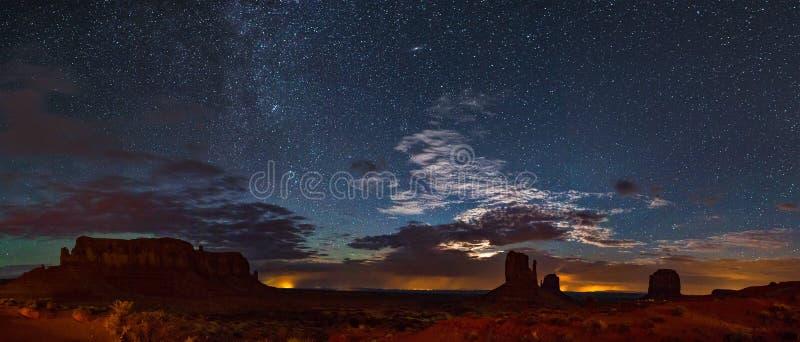 Panoramautsikt av monumentdalen på natten arkivfoto