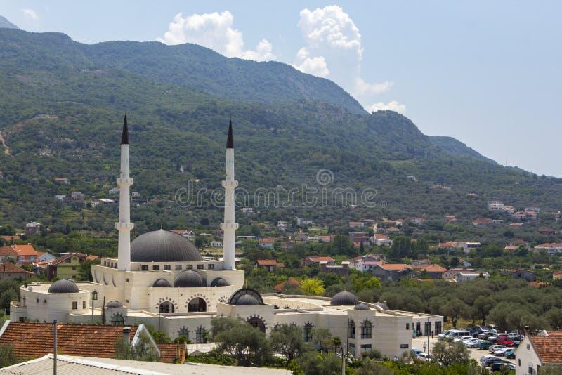 Panoramautsikt av moskén, den gamla staden av stången och det härliga naturliga landskapet med bergskedjor, stång, Montenegro royaltyfri fotografi