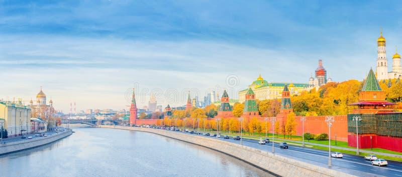 Panoramautsikt av MoskvaKreml- och Moskvafloden royaltyfri bild