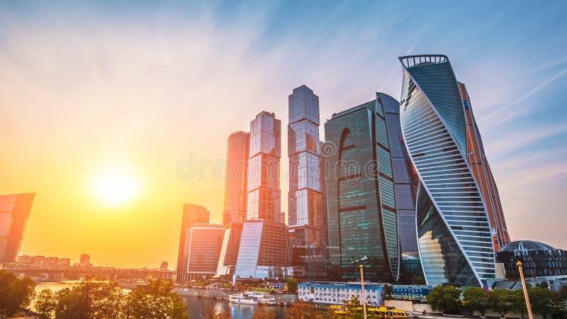Panoramautsikt av Moskvastaden och den Moskva floden på solnedgången Nya moderna futuristiska skyskrapor av Moskva-staden arkivbilder
