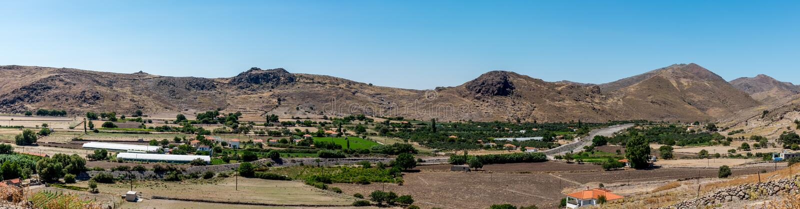 Panoramautsikt av moutaindalen med lantgårdar royaltyfria foton