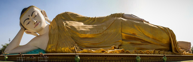 Panoramautsikt av Mya Tha Lyaung som vilar Buddha, en av de störst i världen, Bago, Bago region, Myanmar arkivbilder