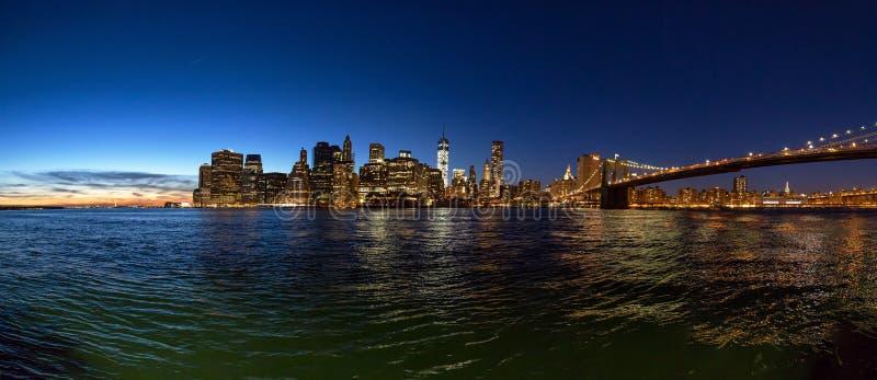 Panoramautsikt av New York City efter solnedgång royaltyfria foton