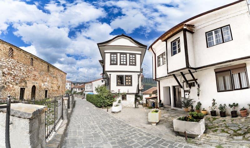 Panoramautsikt av Ohrid gammal arkitektur och trottoargränden royaltyfri foto
